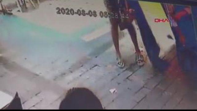 Güpegündüz sokak ortasında tuvaletini yapan kadın güvenlik kamerasında