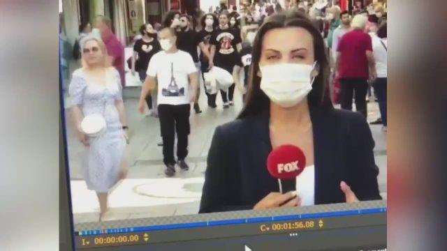 FOX muhabiri anons yaptığı sırada arkadaki kadınlar böyle dans etti