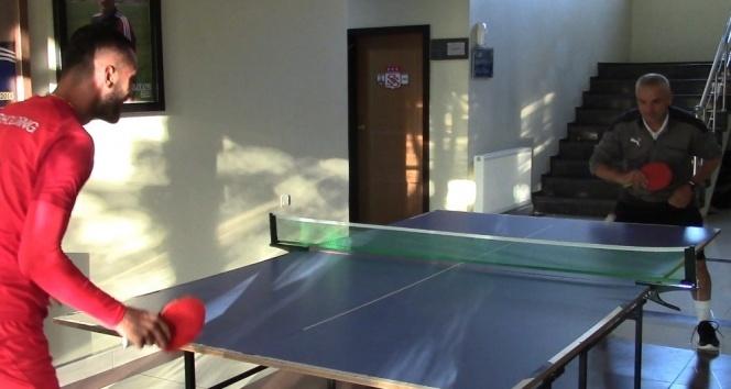 Rıza Çalımbay ile Uğur Çiftçi masa tenisi oynadı
