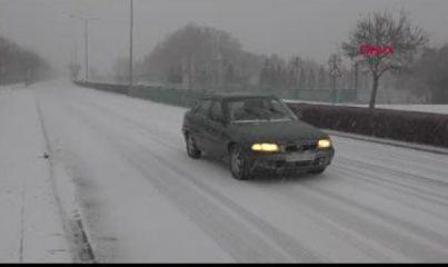 Eskişehir'de kısıtlamada boş kalan cadde ve sokaklar, kar yağışıyla beyaza büründü