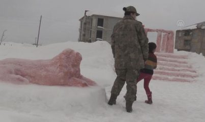 HAKKARİ - Bakan Akar, kardan Anıtkabir maketi yapan Hakkarili aileyi Ankara'ya davet etti