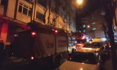 İSTANBUL - Esenler'de apartmanın giriş katında çıkan yangın söndürüldü