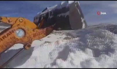 Kar kalınlığının iş makinesinin boyunu aştığı yolda çalışma