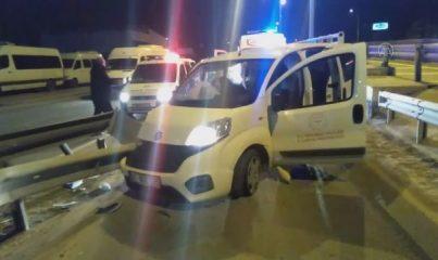 KOCAELİ - Sağlık personelini taşıyan hafif ticari araç refüje çarptı: 2 yaralı