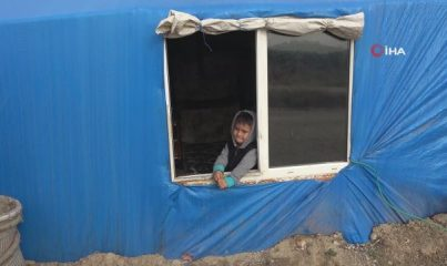 Kuaför çadırda yaşayan çocukların ayağına gitti
