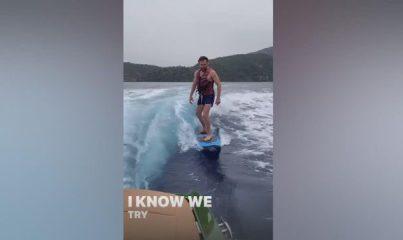 Engin Altan Düzyatan sörf tahtasında şov yaptı
