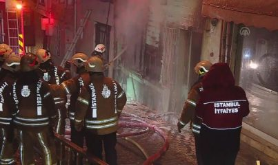 İSTANBUL - Fatih'te iki katlı ahşap binada çıkan yangın söndürüldü
