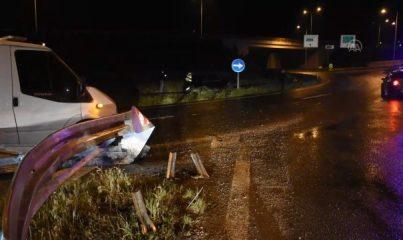 İZMİR - Şarampole devrilen otomobilin sürücüsü aracını terk etti