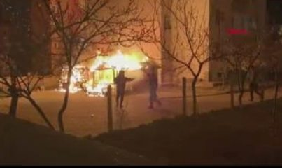 Site içinde çıkan yangında otomobil, motosiklet ve kameriye yandı