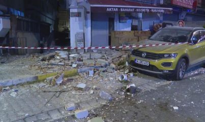 İSTANBUL - Avcılar'da bir apartmanın balkonu çöktü
