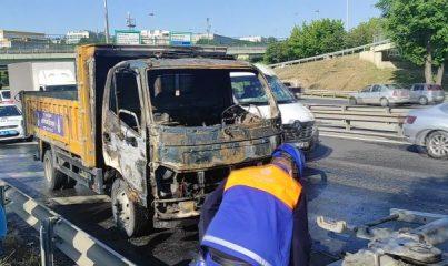 İSTANBUL - Bakırköy'de seyir halindeyken yanan İBB aracı söndürüldü