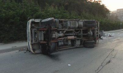 İSTANBUL - Sarıyer'de devrilen kamyonetteki 2 kişi yaralandı