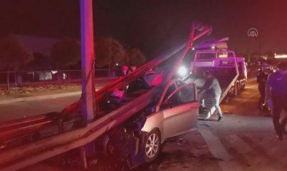 KOCAELİ - Bariyerlere çarpan otomobildeki 3 kişi yaralandı