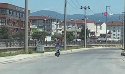 Tehlikeli akrobasi: Sokağı boş buldu, motosikleti yatarak kullandı