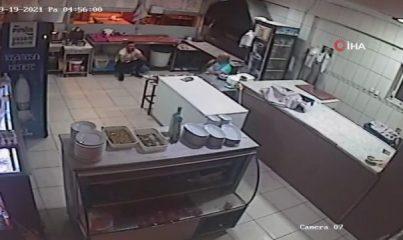 Antalya'da rehine dehşetinin yeni görüntüleri ortaya çıktı... Ustabaşını bıçakla rehin alan garson, öncesinde ustayı gasp etmiş