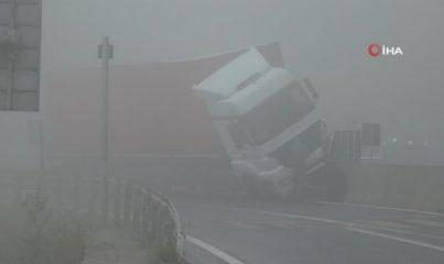 Bolu Dağı'nda kontrolden çıkan tır beton bariyerde asılı kaldı