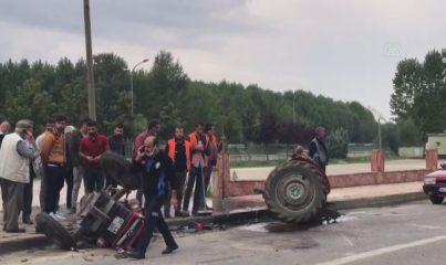 KASTAMONU - Otomobille çarpışan traktörün ikiye bölündüğü kazada 3 kişi yaralandı